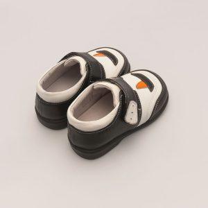 Klassieke babyschoen met zeilschip