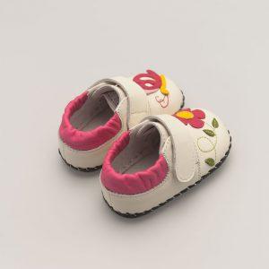 Witte babyslof met zomerse details